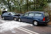 Dopravní nehoda dvou osobních automobilů mezi Novým Bydžovem a Skochovicemi.