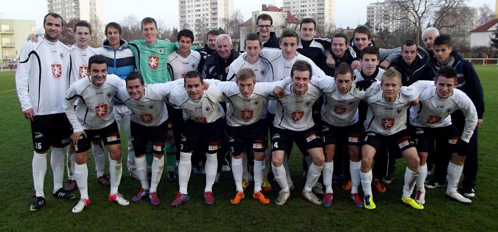Tým juniorů FC Hradec Králové na společné fotografii.