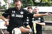 Filip Klapka v akci s míčem.