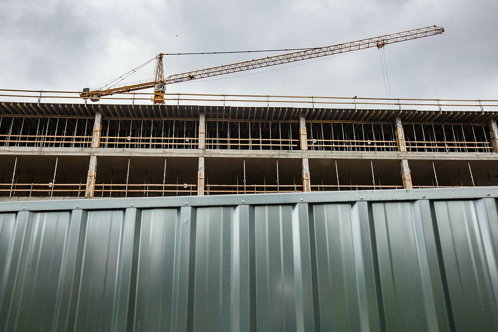 U kongresového centra Aldis v Hradci Králové roste sídlo pojišťovny i hotel. Lávka, která by novou čtvrť propojila s druhým břehem Labe, ovšem stále chybí.