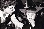 Karneval v mateřské škole. Žák Venoušek s učitelkou Evou Brandejsovou.