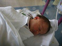 Jaroslav Moník se narodil 25. prosince v 13.59 hodin. Měřil 49 centimetrů a vážil 3100 gramů. S rodiči Markétou a Jaroslavem Moníkovými a sestrou Kristýnou bydlí v Hradci Králové.