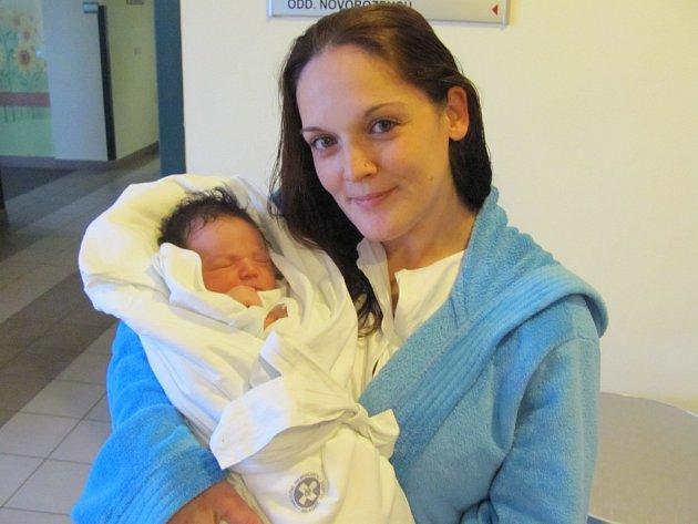 KRISTÝNA EISOVÁ se narodila 24. dubna v 8.21 hodin. Měřila 47 cm a vážila 3180 g. Potěšila rodiče Zdeňka Eise a Kateřinu Svatošovou z Pardubic.