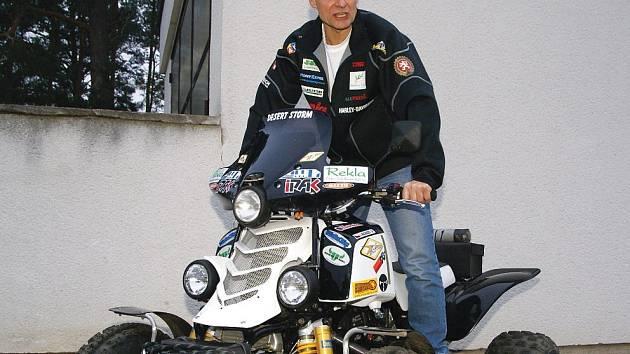 POUŠTNÍ BOUŘE SE VRÁTILA DO GARÁŽE. Před odjezdem na Rallye Dakar se Josef Macháček tvářil odhodlaně nyní místo bojů v prestižní soutěži čeká jeho čtyřkolka Pouštní bouře v garáži.