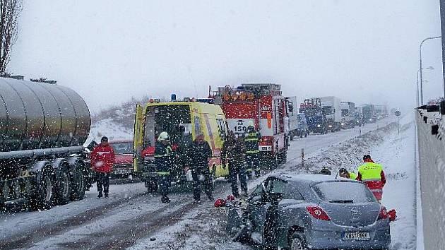 Dopravní nehoda v Roudnici, při níž zemřel řidič osobního vozu (15. 12.2010).