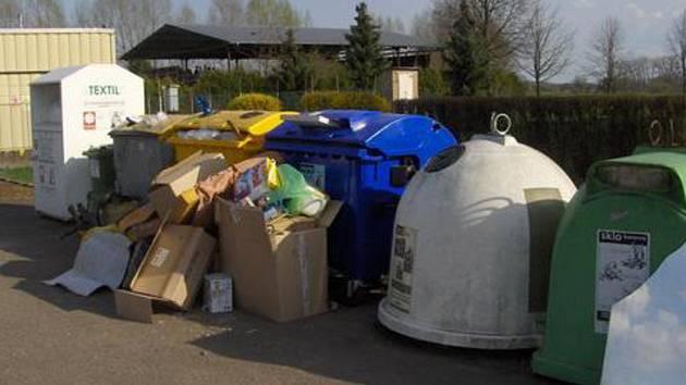 Vandaly u kontejnerů odhalí v Novém Bydžově fotopasti.