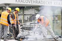 Do konce září potrvá v červenci zahájená oprava izolace na nádvoří Regiocentra Nový pivovar v Hradci Králové.
