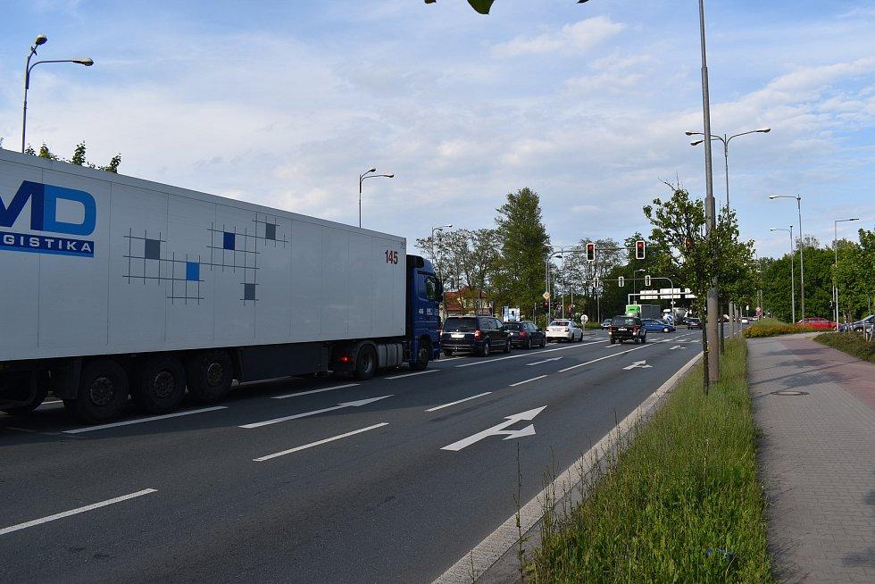 Další křižovatkou, která nutně potřebuje rekonstrukci je ta u Lidlu na Slezském Předměstí. Odbočovací pruh směrem ke skladištní oblasti aktuálně zatarasí dva po sobě jedoucí kamiony.