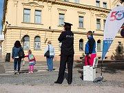 Dozor u přechodu poblíž hradecké ZŠ Habrmanova.