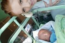 SAMUEL HOLÝ se narodil 28. března v 19.05 hodin. Měřil 50 cm a vážil 3170 g. Svým příchodem na svět nejvíce potěšil své rodiče Pavlínu Bittnerovou a Erika Holého. Tatínek byl mamince velkou oporou u porodu. Syna si vezou do Pohřebačky-Opatovic nad Labem.