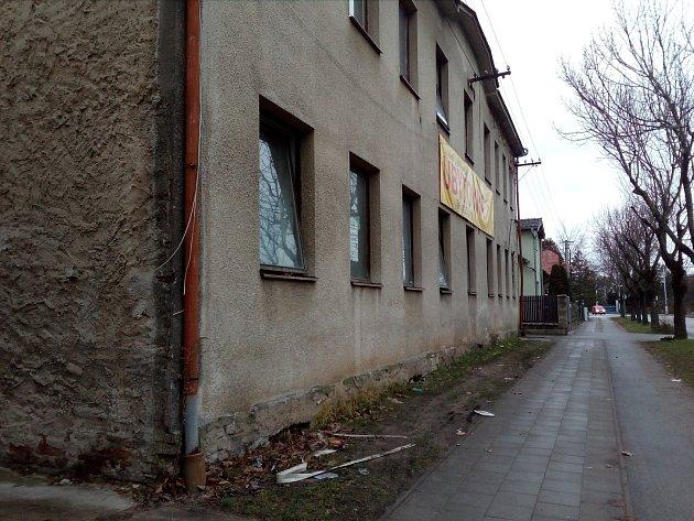 Ubytovnu vulici Náhon provozuje František Janeček. Je provozovatelem například iUbytovny Tesla.