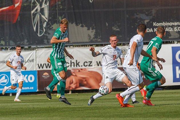 Hradečtí fotbalisté (vbílém) vstoupili do nejvyšší soutěže remízou 1:1 spražskými Bohemians.
