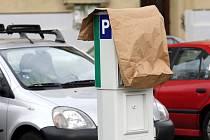 ODVETA. Obyvatelé Hálkovy ulice v Hradci hodlají případné rozšíření zóny bojkotovat například zakrýváním parkomatů.