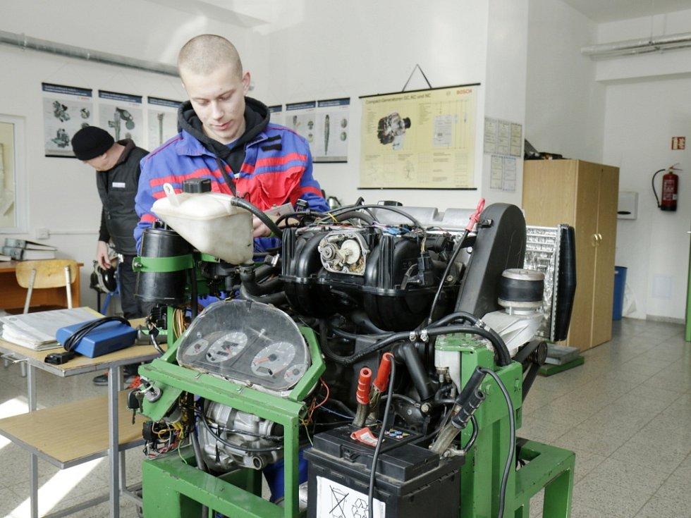 Regionální kolo celostátní odborné soutěže studentů Automechanik Junior 2016 na půdě pořádající SOŠ a SOU Vocelova Hradec Králové.