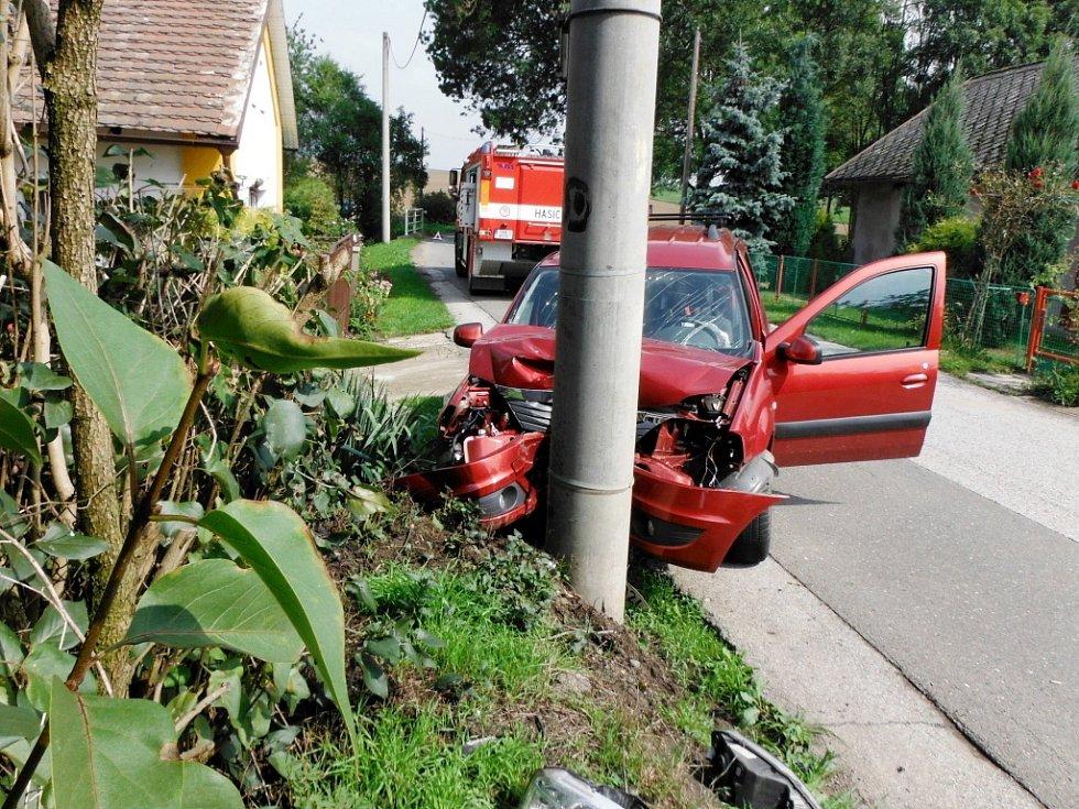 Havárie osobního automobilu v obci Stračovská Lhota.