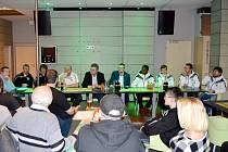Beseda zástupců FC Hradec Králové s fotbalovými příznivci.