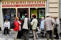 Divadlo evropských regionů začíná vždy nekonečnými frontami na vstupenky. Milovníci divadla je však chápou jako součást tradice.