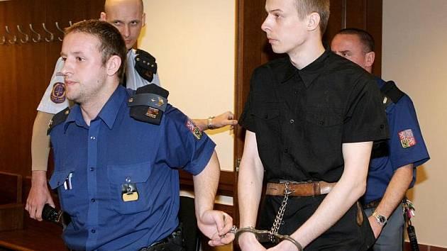 Miloš Homolka před soudem za vraždu osmdesátileté sousedky.