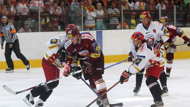 Hradečtí hokejisté (v bílých dresech) se v rámci Tipsport Hockey Cupu střetli s pražskou Spartou.