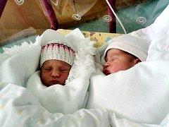 JULIE A FRANTIŠEK TLÁSKALOVI se narodili 2. dubna. Julie (vlevo) přišla na svět ve 13.22 hod., měřila 46 cm a vážila 2480 g. František spatřil světlo světa o 6 min. později (48 cm, 2730 g).Tatínek Martin Tláskal byl u porodu maminky Terezy Hornové.
