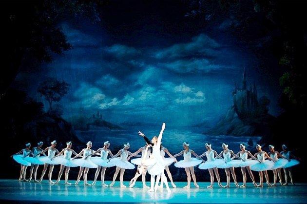 Labutí jezero vpodání ruského baletu vkrálovéhradeckém KC Aldis.