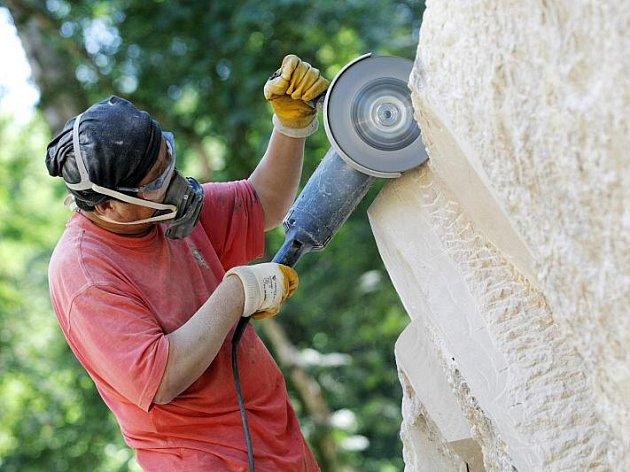Práce sochařů při Mezinárodním sochařském sympoziu v Hořicích:  práce sochaře Li Dong-liana z Číny.