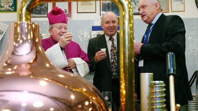 Arcibiskup Karel Otčenášek (vlevo) a hejtman Pavel Bradík (zcela vpravo) při svěcení pivovaru v sídle krajského úřadu