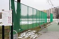 Ochranná síť na třebešském hřišti.
