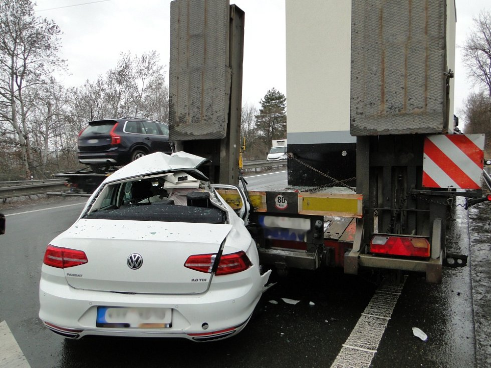 Řidič vyvázl z hrozivé nehody jen s lehkým zraněním.