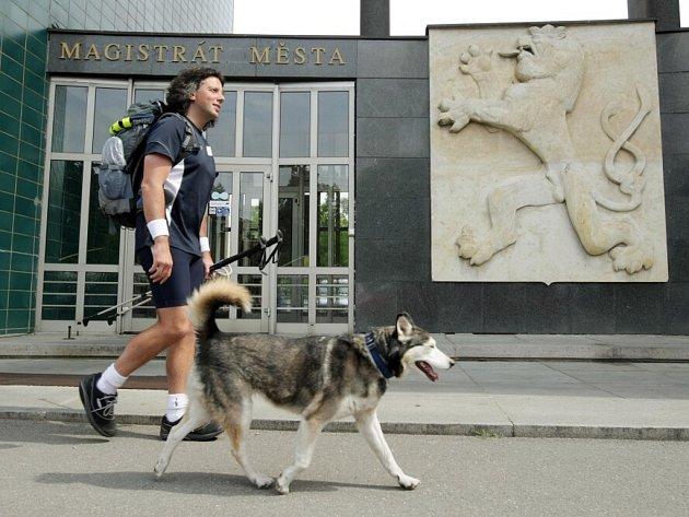 Jedenáct let chodí Gianluca Ratta ze severoitalského Turína spolu se svojí fenkou Shirou napříč Evropou.
