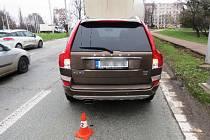 Kamion nacouval do osobního vozu. Policie hledá svědky