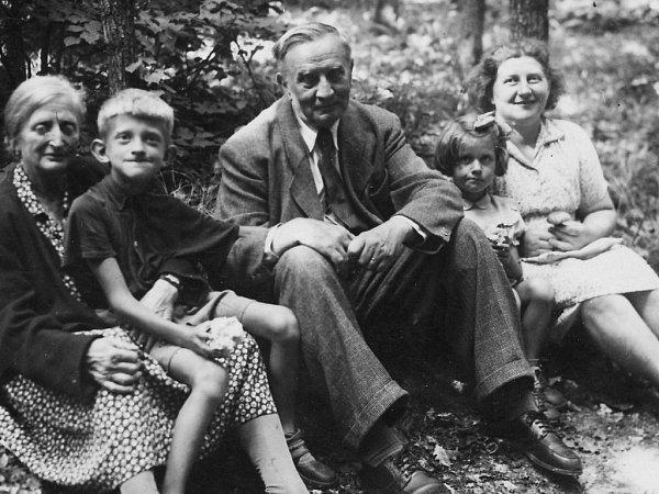 Malý Oldřich sedí vhradeckých lesích na klíně své babičky Anežky, vedle dědečka Emila, který byl za 1.republiky ředitelem školy pro dívčí povolání. Vedle něj vykukuje sestra Evička a zcela na kraji milovaná maminka Eva.