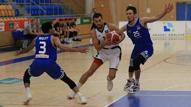 Hradečtí basketbalisté (v bílém) doma nestačili na USK Praha.