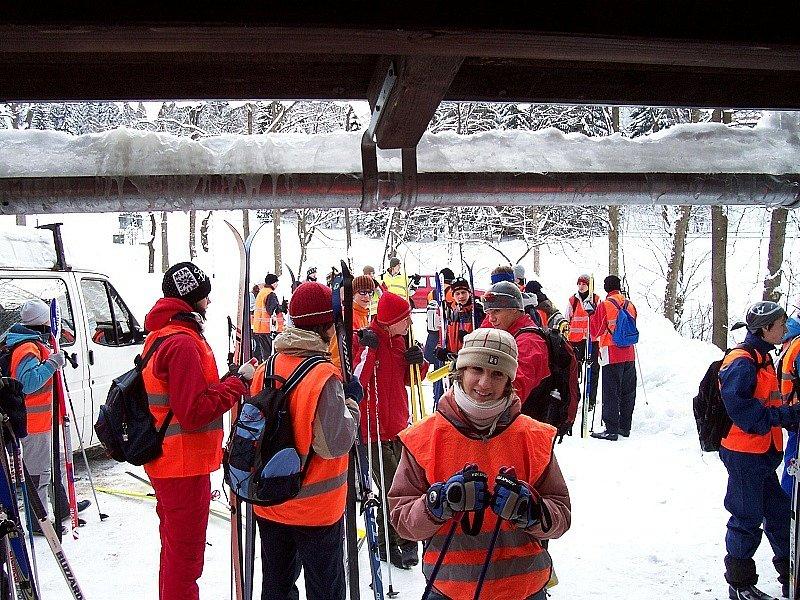 Příprava na celodenní výlet na lyžařském výcviku.