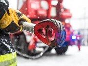 Sněhová kalamita na Královéhradecku. Zapadlý autobus hrozil pádem v obci Dolní Rybníky na Náchodsku z kopce museli ho vyprostit hasiči.