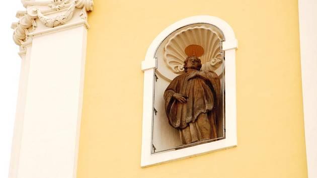 Socha svatého Stanislava z průčelí jezuitského kostela Nanebevzetí panny Marie na hradeckém Velkém náměstí.