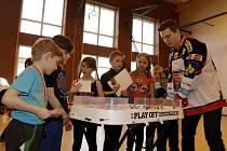 Hokejisté extraligového Mountfieldu na Úprkově hokejové lize v hradecké základní škole.