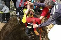 Vyprošťování dětí, které na Chlumu spadly do studny.