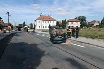 V Kosičkách skončilo osobní auto na střeše.