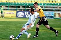 HFK Olomouc - FC Hradec 0:2. Na snímku souboj domácího Petera Krutého s hradeckým Jiřím Vítem.