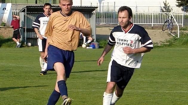 Okresní přebor: zleva hráč Lokomotivy Hradec Zdeněk Ševčík v souboji s Milanem Koubou mladším z Třebechovic