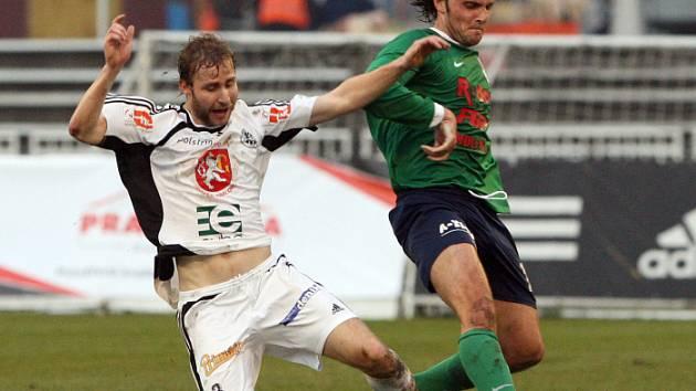 Zleva hradecký Pavel Němeček a Michal Ševela při zápasu FC Hradec Králové x 1. HFK Olomouc.