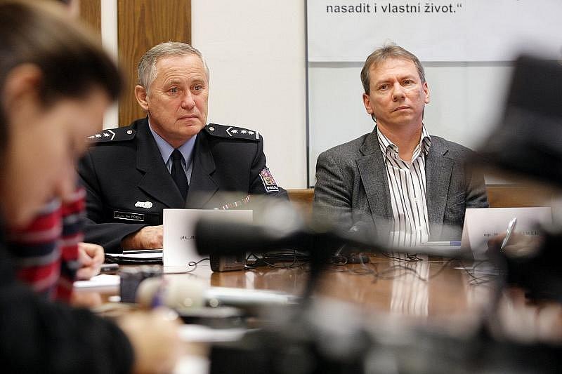 S trestným činem a jeho pachateli seznámili novináře mluvčí východočeské policie Iva Marková, ředitel krajské policejní správy Petr Přibyl a kriminalisté Milan Šimek a Michal Hynek.