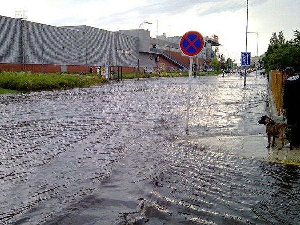 Zaplavená silnice uFutura.