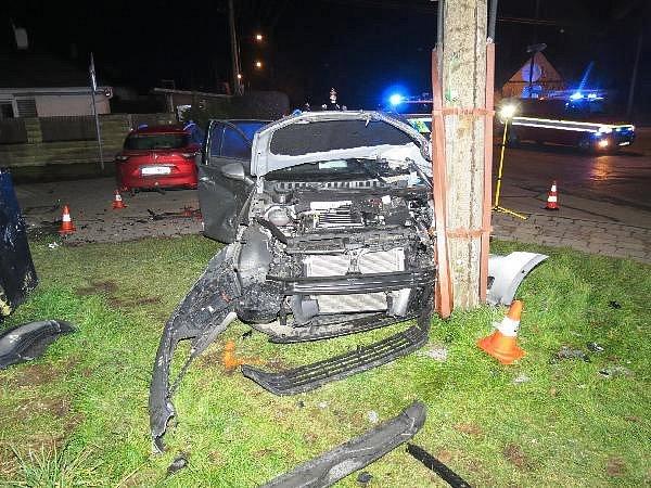 NA VÍCE NEŽ PŮL MILIONU korun byla odhadnuta škoda po nehodě dvou vozidel, při níž bylo zraněno sedm lidí a přerušena na několik hodin dodávka el. energie.