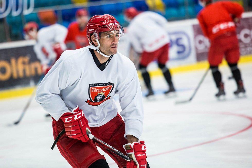 Hokejisté Hradce Králové při tréninku na ledě.