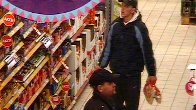 Zloději čokolády na záběru z bezpečnostní kamery.