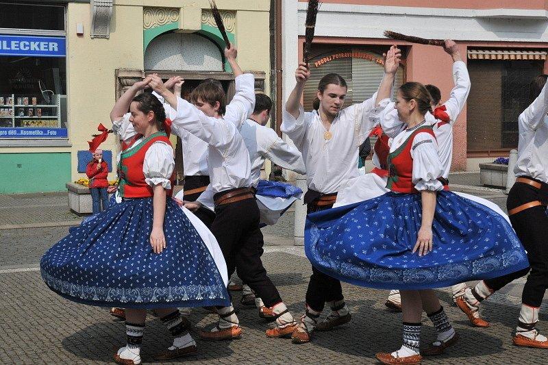 Víkend s folklorem a stavění májky na Šrámkově statku