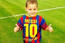 Malý fotbalista s barcelonským dresem Messiho.