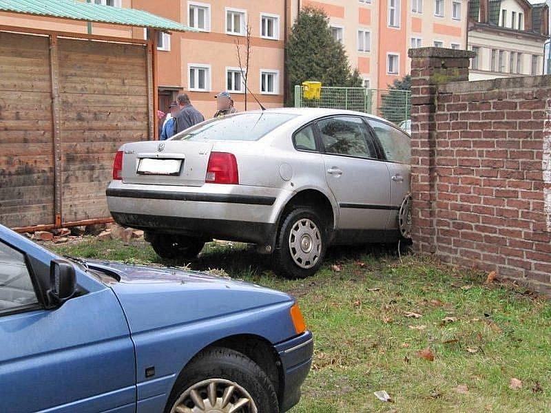 Nehoda těhotné řidičky v Jaroměři skončila zraněním a zbouranou zdí.
